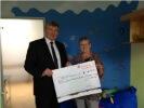 Reiner Dilchert überreicht Waltraud Hengis einen Scheck in Höhe von € 6.000
