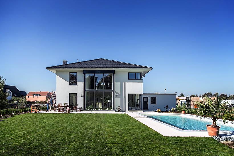 Moderne stadtvilla mit zeltdach tauber architekten und for Stadtvilla flachdach