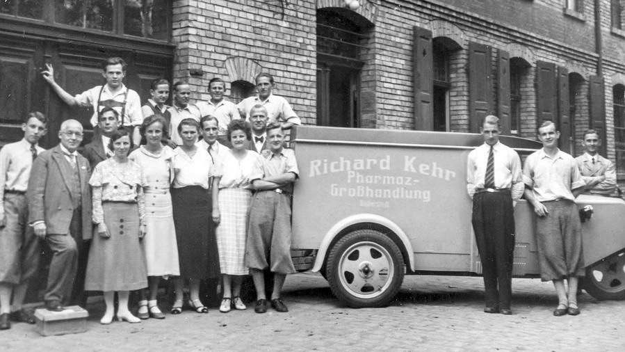 Als sich 1945 abzeichnet, dass Sachsen-Anhalt russische Besatzungszone wird, schickt der Firmengründer (2. von links) seinen Prokuristen Helmut Schmidt nach Braunschweig.